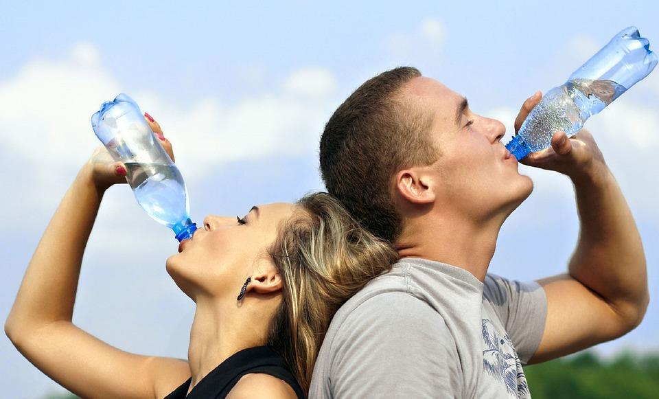 Flaskevand er meget udbredt og mange flasker bliver smidt i naturen fordi der ikke er flaskepant på. Denne ide kan løse en del af problemet.