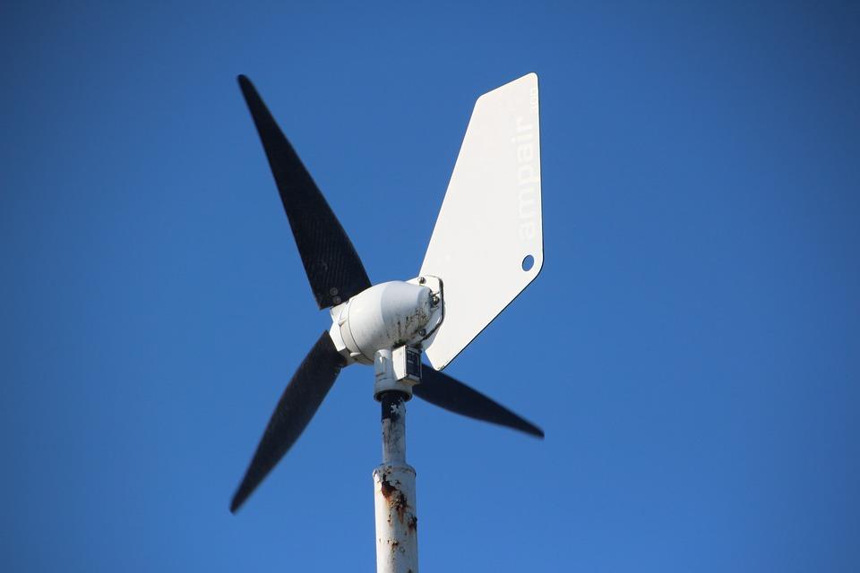 En vindmølleflagstang er en vindmølle på en flagstang, som genererer strøm til en husstand, ligesom en husstandsvindmølle gør det.